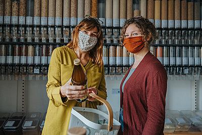 Women shopping in zero waste shop, Cologne, NRW, Germany - p300m2256192 von Mareen Fischinger