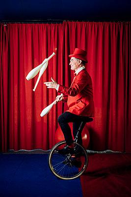 Circus acrobat and artist training and performing - Monza, Lombardy, Italy - performance, entertainment, acrobatics concept - p300m2294061 von Eugenio Marongiu