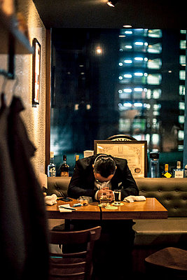 Man in a bar in Tokio - p567m667620 by Philippe Levy