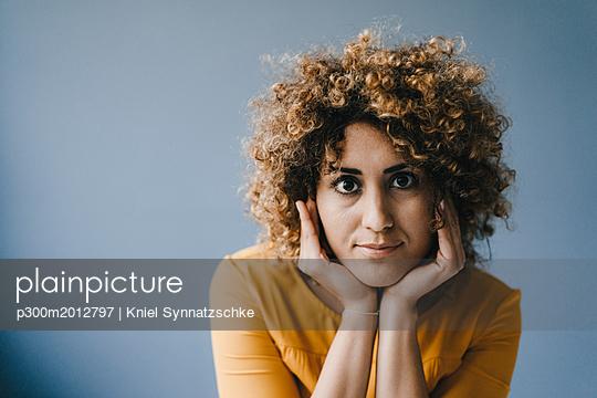 Portrait of woman with head in hands - p300m2012797 von Kniel Synnatzschke