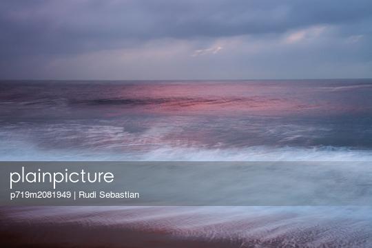 Malerischer Sonnenuntergang am Strand von Nazaré - p719m2081949 von Rudi Sebastian