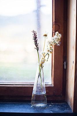 Blumenvase mit Wiesenblumen - p1509m2031779 von Romy Rolletschke