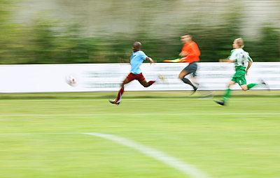 Fußball Laufduell - p7980037 von Florian Loebermann