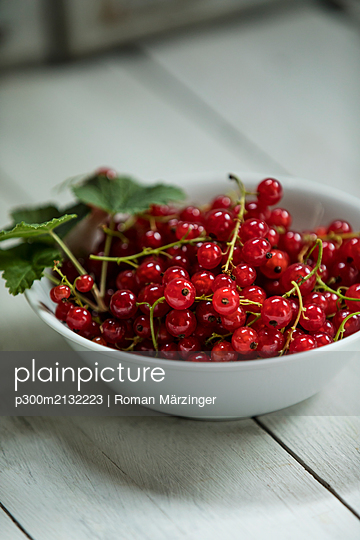 Bowl of fresh red currants - p300m2132223 by Roman Märzinger