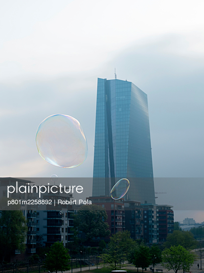 Germany, Frankfurt, European Central Bank building and soap bubbles - p801m2258892 by Robert Pola