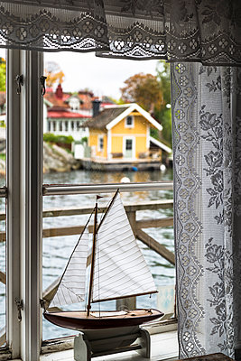 Segelschiff Miniatur auf der Fensterbank  - p1170m1491687 von Bjanka Kadic
