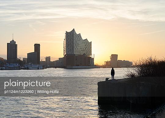 Blick auf die Elbphilharmonie - p1124m1223260 von Willing-Holtz