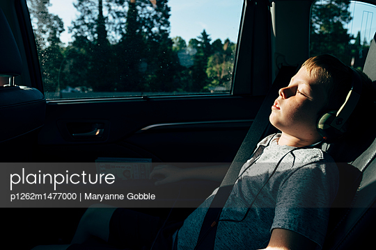 Boy riding in car with headphones on - p1262m1477000 by Maryanne Gobble