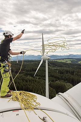 Industriekletterer auf Windkraftanlage - p1079m1185014 von Ulrich Mertens