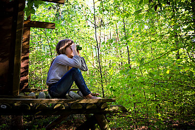 Girl using binoculars in forest - p300m2189313 by Larissa Veronesi