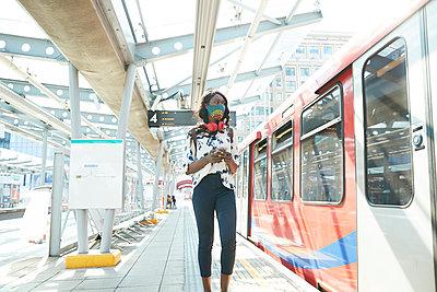 businesswoman in london, uk - p300m2241634 von Pete Muller