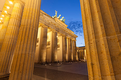 Germany, Berlin, Berlin-Mitte, Pariser Platz, Brandenburg Gate in the evening - p300m965384f by Wilfried Wirth