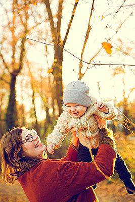 Herbstspaziergang, Mutter mit Kind - p904m1193457 von Stefanie Päffgen