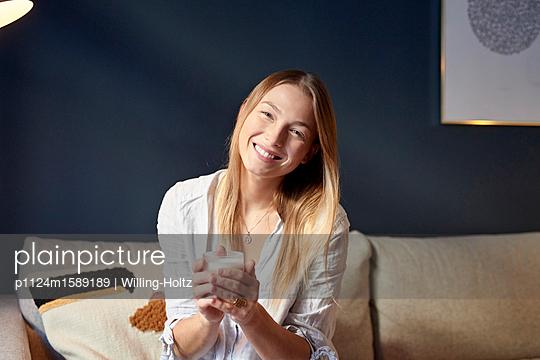 Junge Frau trinkt Cappuccino - p1124m1589189 von Willing-Holtz