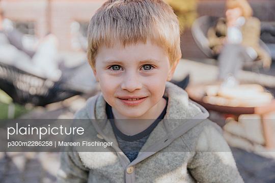 Blonde boy outside, Viersen, NRW, Germany - p300m2286258 von Mareen Fischinger