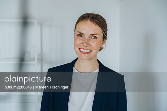 Mid adult businesswoman smiling - p300m2286345 by Mareen Fischinger