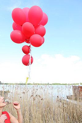Luftballons fliegen lassen - p045m931643 von Jasmin Sander