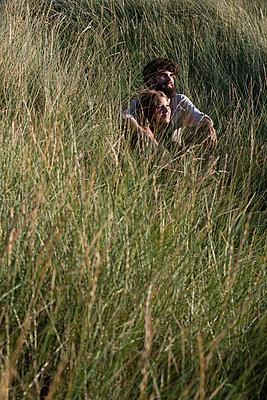 Junges Paar den in Dünen - p1212m1168697 von harry + lidy