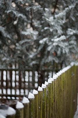 Verschneiter Holzzaun - p1325m1508347 von Antje Solveig