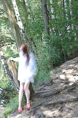 Frau im Wald - p3050260 von Dirk Morla