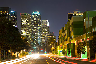 Lights on urban highway at night - p555m1301664 by Tom Paiva Photography