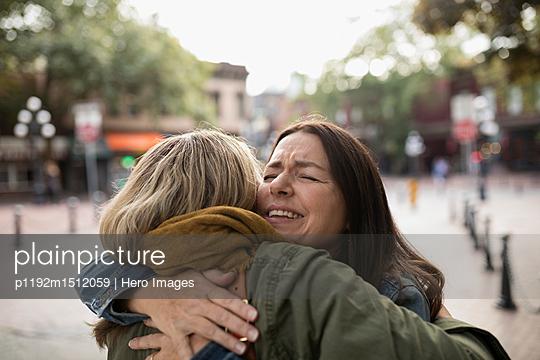 plainpicture   Photo library for authentic images - plainpicture p1192m1512059 - Happy mature women friends ... - plainpicture/Hero Images
