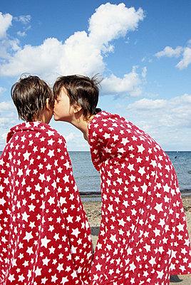 Jungs am Strand - p0452177 von Jasmin Sander