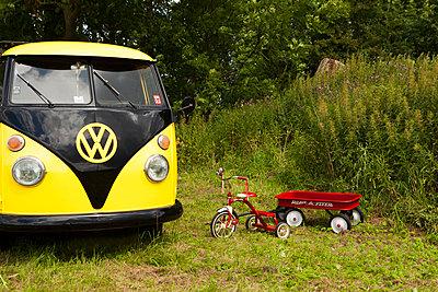 Dreirad neben VW-Bus - p045m1465143 von Jasmin Sander