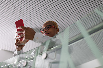 African American businesswoman using smartphone - p1166m2280900 by Cavan Images