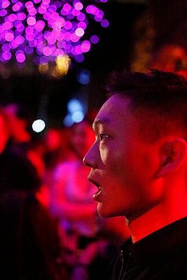 Junger asiatischer Mann, Portrait - p817m2159113 von Daniel K Schweitzer