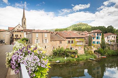 Blick auf altes Städtchen in Frankreich - p948m1465709 von Sibylle Pietrek