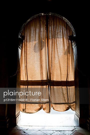 Vorhang als Sonnenschutz an der Tür eines Gebäudes, Markusplatz, Venedig, Italien, Europa - p1316m1160418 von Florian Stern