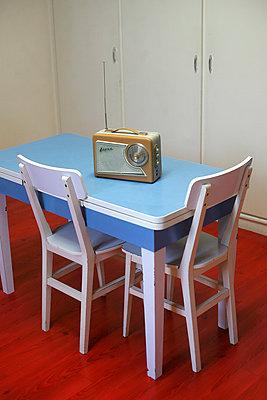 Vintage radio on a 1950s table - p1028m966345 by Jean Marmeisse