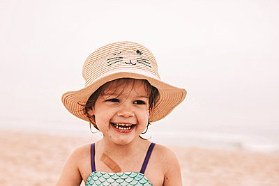 Toddler in sun hat - p1166m2088703 by Cavan Images