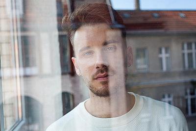 Portrait of man behind windowpane - p1301m1582546 by Delia Baum