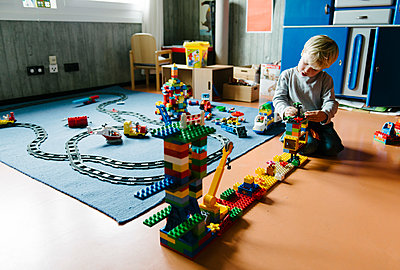 Toddler boy playing with lego bricks - p819m1128378 by Kniel Mess