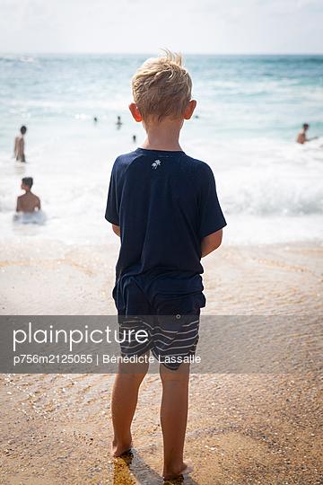 On the beach - p756m2125055 by Bénédicte Lassalle