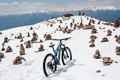 Mountainbiketour im Winter  - p1357m1488474 von Amadeus Waldner