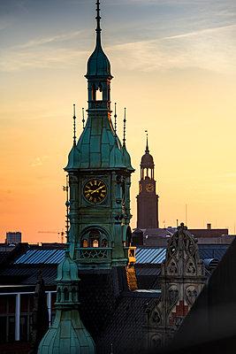 Blick auf Michel und Uhrturm des alten Speicherstadt-Rathaus über den Dächern der Speicherstadt, Hamburg - p1493m1584469 von Alexander Mertsch