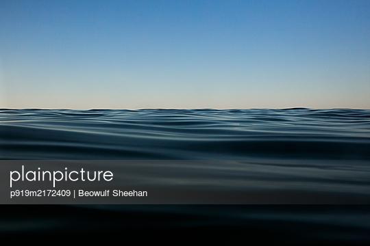 Meer, Wasseroberfläche - p919m2172409 von Beowulf Sheehan