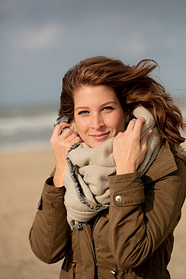 Junge Frau am Strand - p1212m1182010 von harry + lidy