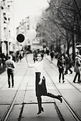 Verspielte junge Frau - p1432m1503631 von Svetlana Bekyarova