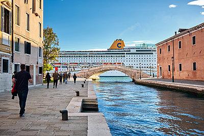 Kreuzfahrtschiff in Venedig - p1475m1541499 von Christian Götting