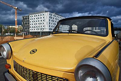 Ein Trabant in der modernne Großstadt - p227m1503296 von Uwe Nölke