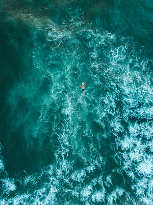 Indonesia, Bali, Aerial view of surfer - p300m2042443 by Konstantin Trubavin