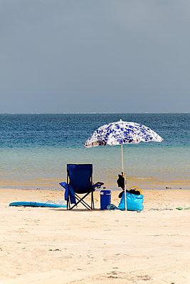 Sonnenschirm und Strandstuhl - p979m1130771 von Mayall
