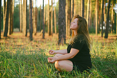 Young woman practicing yoga   at sunrise - p1166m2113130 by Cavan Images