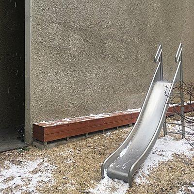 Österreich, Wien, Rutsche im Winter - p1401m2233716 von Jens Goldbeck