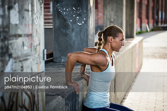 Mature Female Athlete Doing Exercise At Outdoors   - p847m2104953 by Evelina Rönnbäck