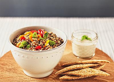 Quinoa salad with various vegetables - p300m2030287 von Raffaele Mariotti